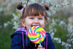 L'enfant avec la grande sucrerie Image stock