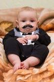 L'enfant avec une moustache factice images stock