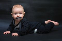 L'enfant avec une moustache factice image libre de droits
