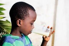 L'enfant boit du lait Image libre de droits
