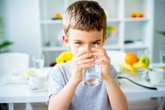 L'enfant boit l'eau images libres de droits