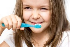 L'enfant brosse des dents, pâte dentifrice photo stock