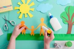 L'enfant colle la forme de papier image stock
