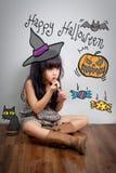 L'enfant composent le visage pour la partie de Halloween images stock