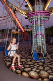 L'enfant conduit un carrousel Image stock