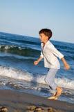 L'enfant courent sur la plage photographie stock