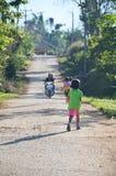 L'enfant courent sur la route à l'idiot de baquet de Phu, Petchabun, Thaïlande Images stock