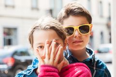 L'enfant couvre sa bouche de soeur Photo stock