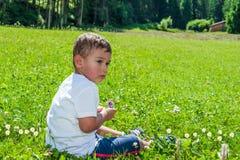 Bébé reposé sur la pelouse Images stock