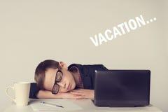 L'enfant d'homme d'affaires deviennent fatigué et sont tombés endormi photos libres de droits