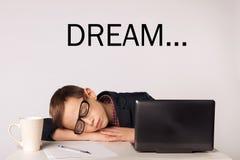 L'enfant d'homme d'affaires deviennent fatigué et sont tombés endormi photographie stock