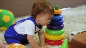 L'enfant dans la chambre apprécie la maman de bulles de savon banque de vidéos