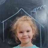 L'enfant dans la maison qui est dessinée sur le tableau images libres de droits
