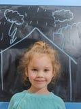 L'enfant dans la maison qui est dessinée sur le tableau images stock