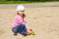 L'enfant dans le bac à sable Images libres de droits