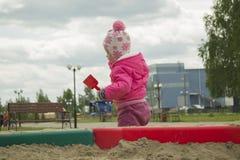 L'enfant dans le bac à sable Image stock