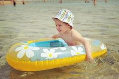 L'enfant dans un bateau Photo libre de droits