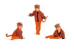 L'enfant dans un procès d'un tigre Images stock