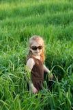 L'enfant dans une herbe Image libre de droits