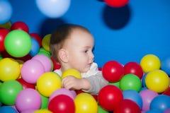 L'enfant dans une piscine de boules photographie stock libre de droits