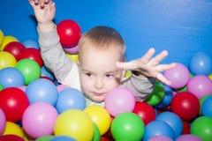 L'enfant dans une piscine de boules Photos libres de droits