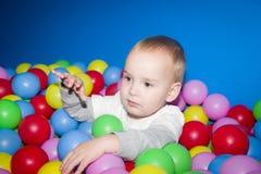 L'enfant dans une piscine de boules Images libres de droits
