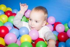 L'enfant dans une piscine de boules photo libre de droits