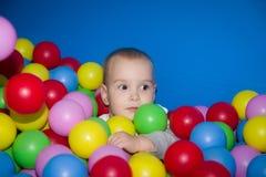 L'enfant dans une piscine de boules Photos stock