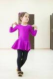 L'enfant danse le port dans le costume de danse Photo stock