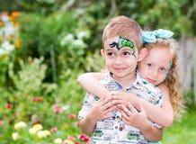 L'enfant de garçon et de fille avec l'aqua préparent sur le joyeux anniversaire Concept de célébration et enfance, amour Photos libres de droits