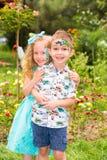 L'enfant de garçon et de fille avec l'aqua préparent sur le joyeux anniversaire Concept de célébration et enfance, amour Image stock