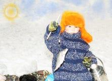 L'enfant de garçon a pêché un poisson sur une amorce l'hiver de pêche Sport d'hiver et fraise-mère Photo libre de droits