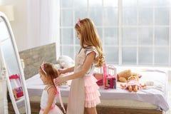 L'enfant de mêmes parents mignon jouent dans les princesses Image stock