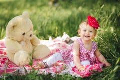 L'enfant de petite fille avec la grande peinture observe dans une robe Image stock