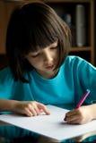 L'enfant dessine. image stock