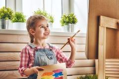 L'enfant dessine des peintures photo libre de droits