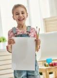 L'enfant dessine des peintures photos libres de droits