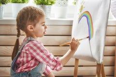 L'enfant dessine des peintures image libre de droits