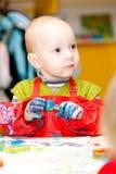 L'enfant dessine des peintures d'un doigt Photos libres de droits