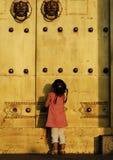 L'enfant devant la trappe Images stock