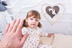 L'enfant donne cinq pères avant heure du coucher Photos libres de droits