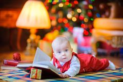 L'enfant drôle se trouve sur le plancher Photographie stock