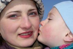 L'enfant embrasse sa mère Photos libres de droits