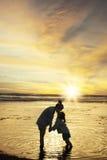 L'enfant embrassent sa mère à la côte Images libres de droits