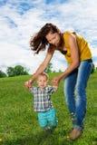 L'enfant en bas âge apprennent comment marcher photographie stock libre de droits