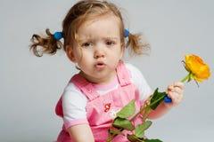 L'enfant en bas âge avec s'est levé images stock