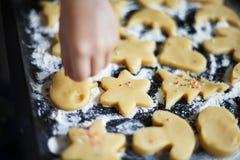L'enfant en bas âge fait cuire des biscuits Photos stock