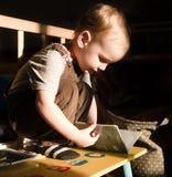 L'enfant en bas âge lit photos libres de droits