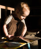 L'enfant en bas âge lit images libres de droits