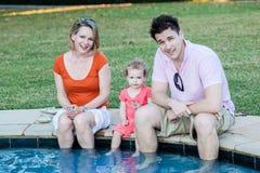 L'enfant en bas âge Parents la sécurité de l'eau de piscine Image libre de droits